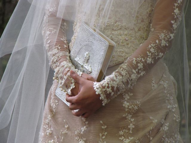 Dame i brudekjole som holder en Bibel